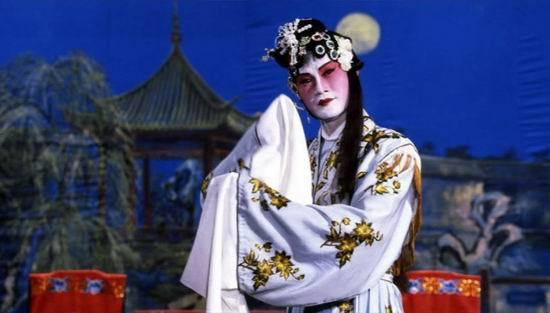 Genderqueer fun for Pride! Lam Ching-Ying as a Peking Opera artist who specializes in female roles and teaches Yuen Biao to fight in Prodigal Son. Also, no tragedy, just fighting!