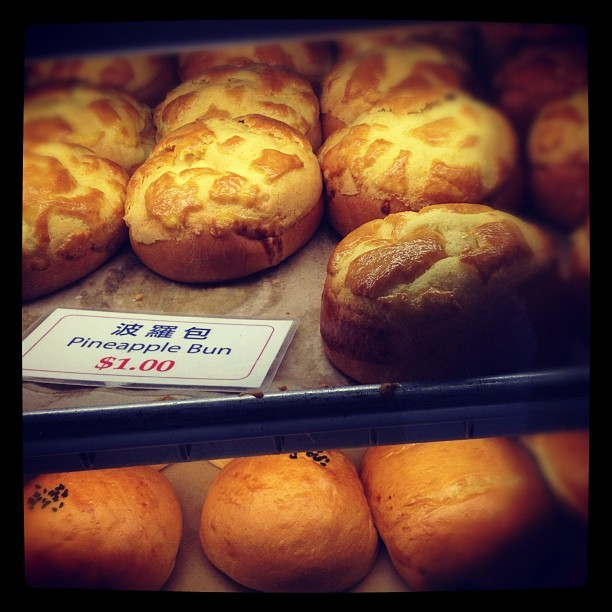 #pineapple bun #soogood #yummy #ono #hawaiilife #hawaii #chinatown #iloveeefood #onlyinhawaii #foodie #foodporn #iphonesia #dabest  (Taken with Instagram at Lee's Bakery)