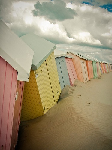 vandavintage:   Pastels on the Beach (via Vanda Vintage (vandavintage) on Pinterest)