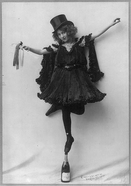 portailblog:  saisonciel:  Unknown model, 1904  Ivresse d'une pointe…acrobatique.