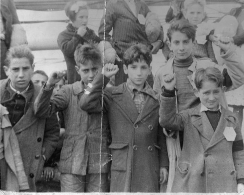 urbaneguerrilla:  Children being evacuated during the Spanish Civil War give the leftist clenched fist salute.
