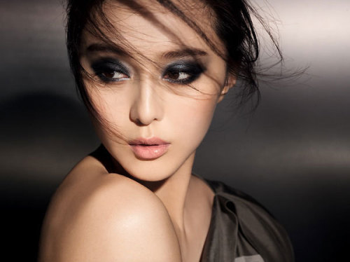 makeupbox:  Fan Bing Bing for L'oreal: Dramatic Charcoal Smoke — Fan Bing Bing, to my recollection, was one of those Chinese actresses who played a supporting role in a famous TV series from about 10 years ago and never really took the spotlight anywhere. Then, all of a sudden, she's everywhere in L'oreal's ads and displays as one of the latest spokespersons here in Asia. And how gorgeous does she look here? To be honest, she doesn't exactly have the typical Asian features, but this is still a look that you can pull off even if you have mono-lids. (Aside from various Youtube gurus, Itsliz89.com is a recently-discovered blog I recommend if you want to see lots of tutorials for mono-lids!) To recreate this, you simply need a quad or eye shadow trio that gives you: 1. Black or charcoal shade 2. Deep grey (take care this is not too silvery and bright) 4. A pearl or white Then just make sure you cover your water line with black pencil and apply lots of black mascara. For the lips and cheeks, just keep everything muted in a soft pink-nude and let the eyes take over!