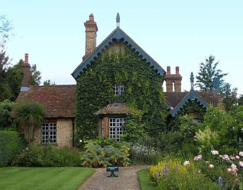 fuckyeahenglishmanorhouses: The Garden Cottage at Polesden Lacey, Surrey. Gorgeous. Stay tuned for the manor itself.