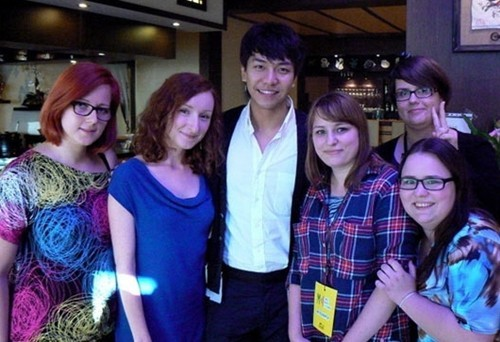 Lee Seung Gi's Kindly Fan Service in Poland (via KpopStarz)