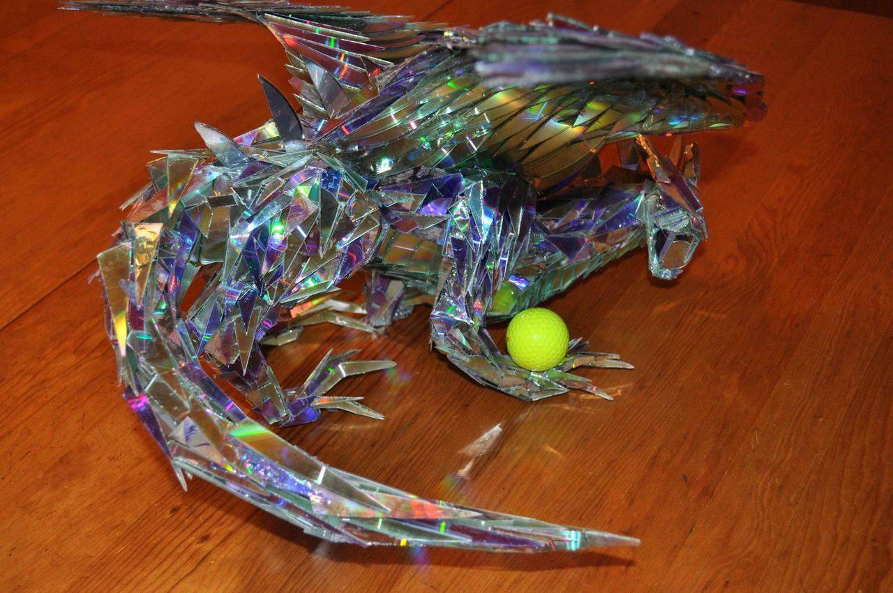A Dragon Sculpture Made Out Of CD Shards (vía Times New Geek)