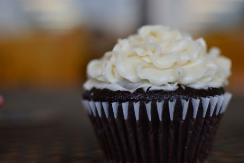 delici0us-desserts:  Cream Cheese Cupcake (by lirena)