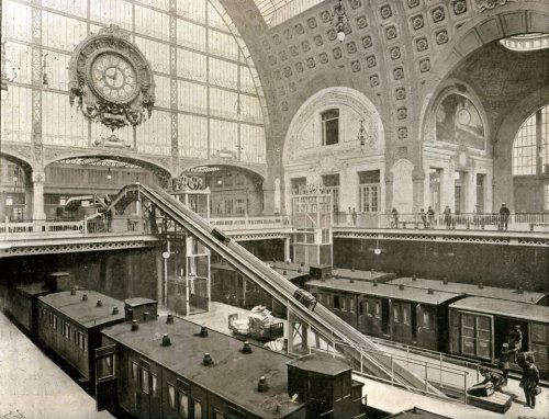 Intérieur de la Gare d'Orsay peu après son inauguration vers 1902.  Interior of the Gare d'Orsay shortly after it opened around 1902.