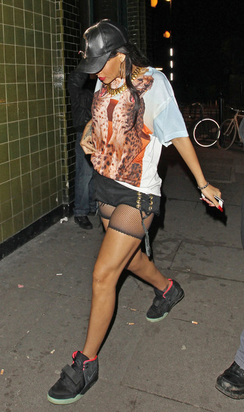 Rihanna in Yeezy 2 !