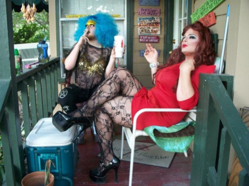 sixtyforty:  TWO TRASHY AND FLAWLESS TEXASS BITCHES SITTIN ON THE PORCH, DRINKIN AND SMOKIN AND BEING RAVAGED BY THIS EVIL CISSEXIST SOUTHERN CLIMATE!  Duh to the picture and fuck you to this fucking humidity.