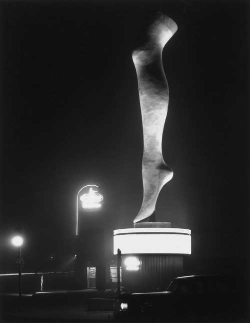 mondonoir:  Max Yavno, The Leg, Olympic Boulevard (Los Angeles), 1949 [The Photography of Max Yavno, 1981, pl. 24]