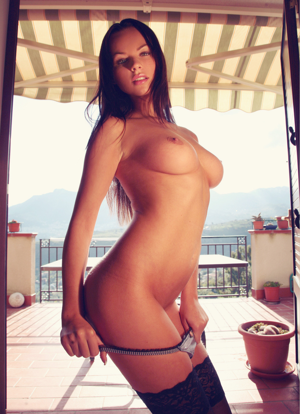 sexyshows:  comegirls:  What a view..  http://adf.ly/9fdDk