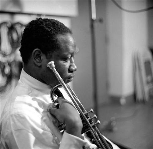 Clifford Brown's death in a car accident at the age of 25 was one of the great tragedies in jazz history. Already ranking with Dizzy Gillespie and Miles Davis as one of the top trumpeters in jazz…  Brown died on this day in 1956. +++++ art: photo of Clifford Brown by Herman Leonard in NYC, 1954