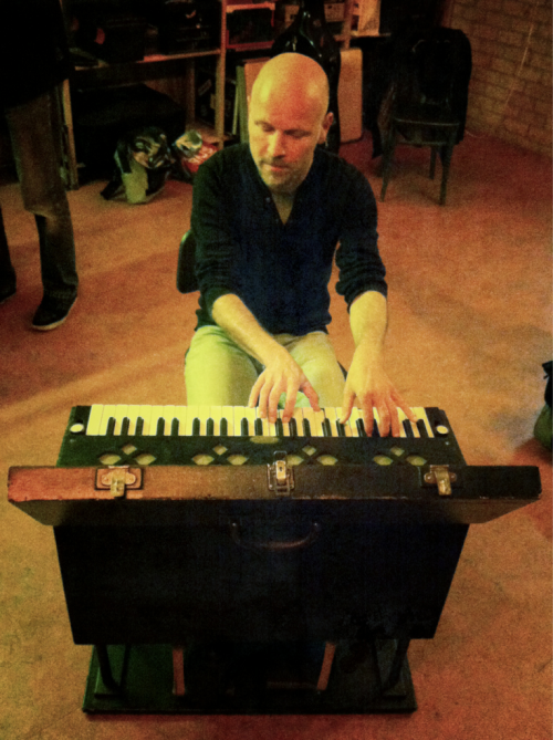Thijs Geritz playing a 100 year old trappiano (pianola) at Ruimtevaart.