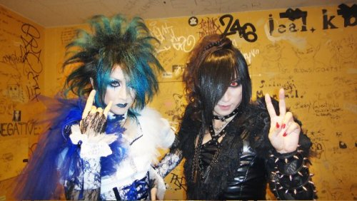 Mana casually doing his DIX! hand, while Asagi is all 'peace (ouo)v'.