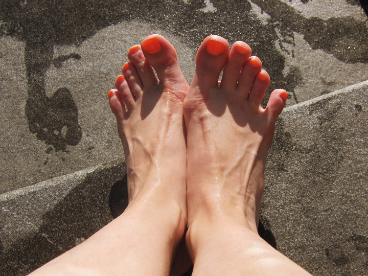 Toes in Washington Square park