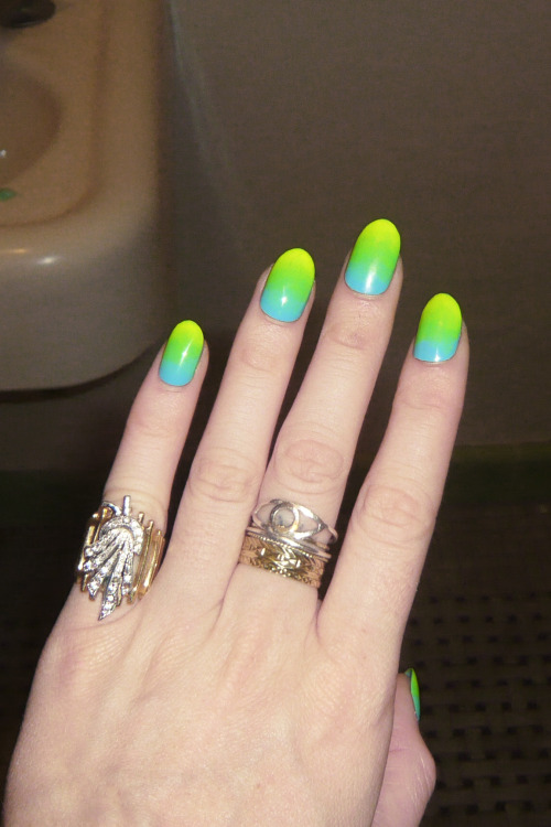nailinghollywood:  @MPNAILS masters the neon gradient