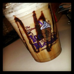 White coco mocha plzzz wake me up!! #coffeebean #coffee #white #mocha #chocolate #drink #morning #ig #instagram #work #ice #blended #foodporn #yummy  (Taken with Instagram)