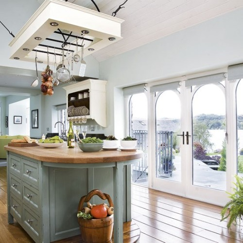 foodyhomes:  Quite an amazingly look for a kitchen! Open spaced, very well organized and perfectly suitable for vacation homes. If you have an ocean view, wow! This is a kitchen any foody would be lucky to own, so if you're among them - be thankful! If not, let's dream about it together! :)