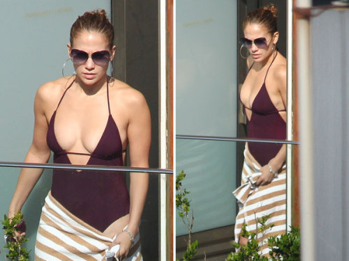 Bikini-clad Jennifer Lopez flaunts major cleavage in Rio