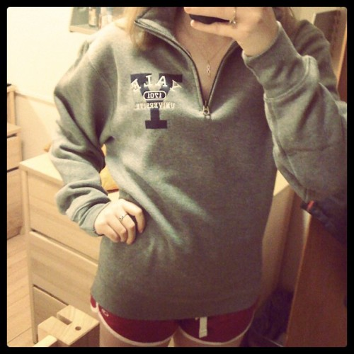 {June Photo Challenge} Day 25: something cute You know I bought a Yale sweatshirt when on the campus tour. It was legitimately cool, though, and I didn't have one with me so I totally needed it (I will not be purchasing merch from every college. My loyalty is with NU and I'm poor haha). I've been wanting a quarter zip sweatshirt so this worked out well, and I think it's adorable.