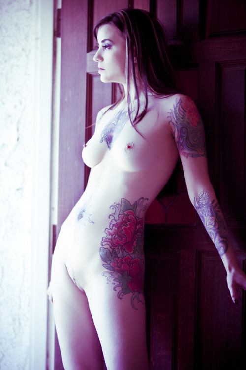 Another nude portrait by Scaredy Lion. Shot during an erotic photography workshop taught by Michael Helms & Perry Gallagher. jonnyninetynine:  Athena-From the Archive-5 by *scaredylion