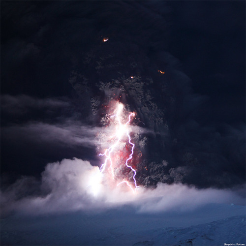 amariusque-admare:  The Dark Tower - Eyjafjallajökull Erupting by skarpi - www.skarpi.is on Flickr.