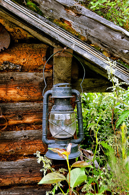 trappersandwoodsmen:  Lantern on Cabin by Traveler Jim on Flickr.