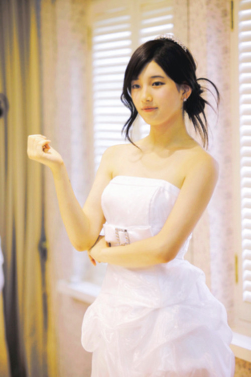 SUZY Is So Elegant In that Gown. So BEAUTIFUL :)))))))))))))