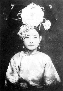 ithinkillcallyouthomas:  A portrait of a Qing Dynasty aristocratic woman
