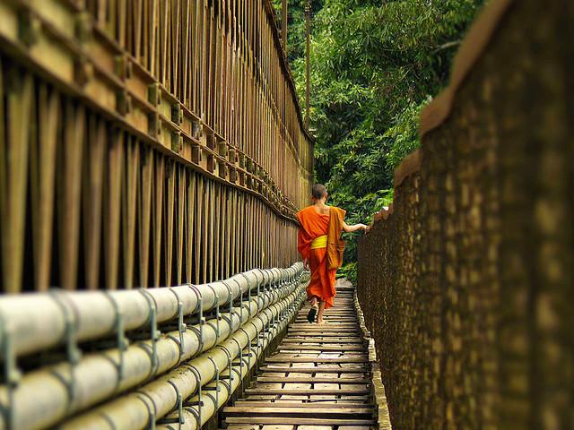 shedsumlight:  Footbridge over Nam Khan river by B℮n