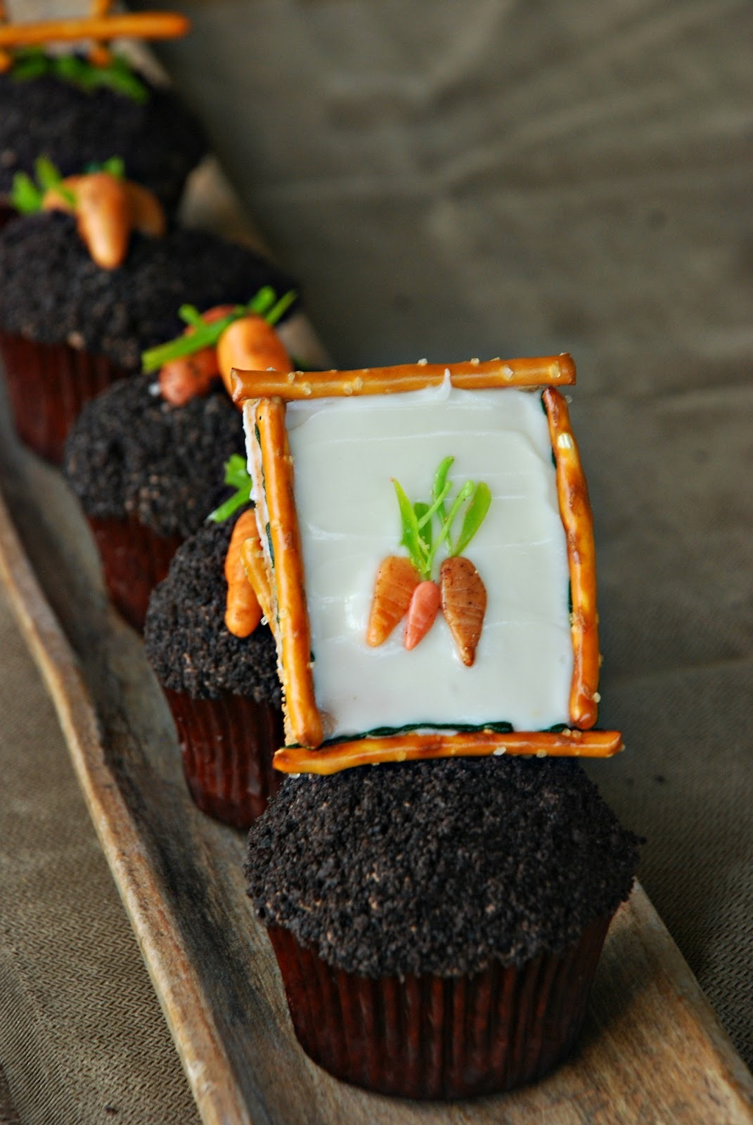 gastrogirl:  adorable garden party cupcakes.