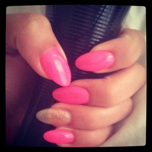 💅 #nails #nailart #nailpolish #pink #glitter #barbie #pointynails (Taken with Instagram)