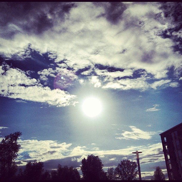 Incredible sun & clouds #berlin #sun #clouds #sky #blue #bright #original #nofilters #shine #evening #city #havel #tegel #spandau #wasserstadt #hakenfelde #instacrazy #instamania #iphone4s #iphoneography #igdaily #picoftheday #designer #igers #germany  (Wurde mit Instagram aufgenommen)