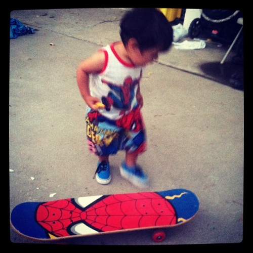 First time on a skateboard an I swear he knows what he is doin #spiderman #skateboard #baby #california #based #summer #learning (Taken with Instagram)