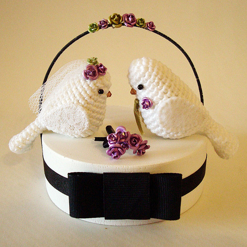 Crocheted Bird Wedding Cake Topper.  Too cute! Topo de bolo #1 by Maria Handmade