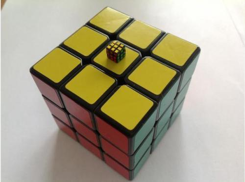 a-mini-a-day:  World's smallest Rubik's Cube!  via ShapeWays.   I've seen smaller