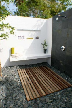 spacious outdoor shower w| bench.