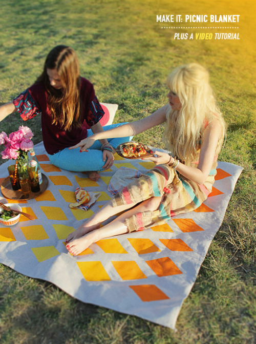 scissorsandthread:  Picnic Blanket | Design Love Fest I love picnics. I love all the little nibbles, the drinks and the tippy cricket! But I never have a good blanket - it's always a wool rug that ends up covered in grass, prickles and soda. This ombre style blanket is made using a drop cloth with a plastic backing meaning easy clean up. I'm going to make one in preparation for Summer and Moonlight Theatre in the park!