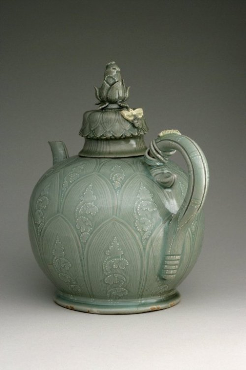 coloryoursoulalways:  Ewer with cover First half of the 12th century Korean Goryeo Dynasty Stoneware with underglaze slip decoration and glaze (source)