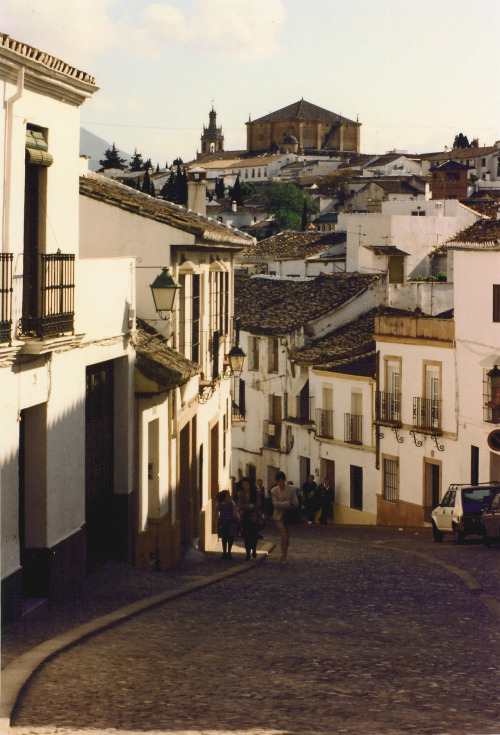 viskningar:  View in Ronda - Andalusia, Spainlooking toward the Church of Santa Maria la Mayor