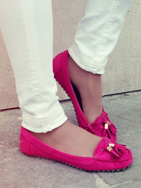 lovinglifeandlilly:  LOVE the pop of the pink shoes!