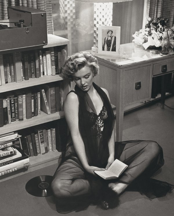 normajeanemonroe:  1952: Marilyn in her apartment.
