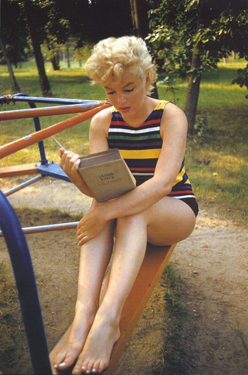 normajeanemonroe:  1954: Marilyn reading 'Ulysses' by James Joyce.
