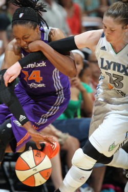 Lindsay Whalen battles for a loose ball with the Mercury's Alexis Hornbuckle. (Photo by David Sherman)