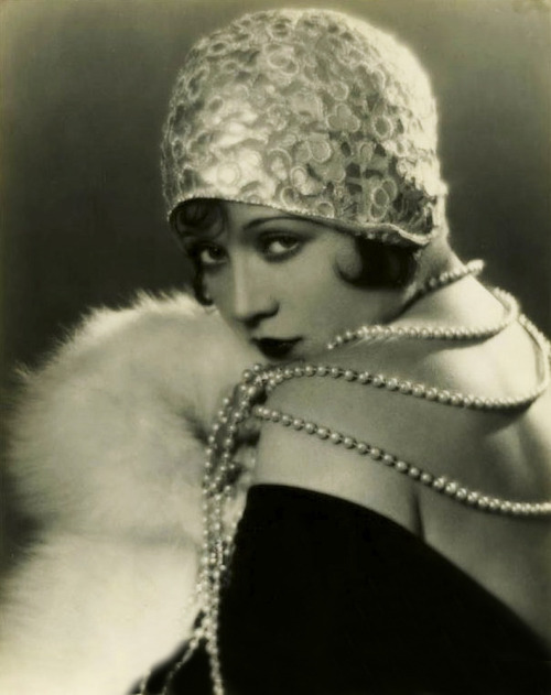 Flapper fashion…Marie Prevost c.1920s Love the embellished, brimless cloche!