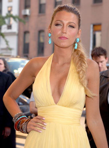 Blake Lively (Serena van der Woodsen on Gossip Girl) rocked a chunky, funky fishtail braid (with a custom made Gucci dress, obvs) at last night's premiere ofSavages in New York