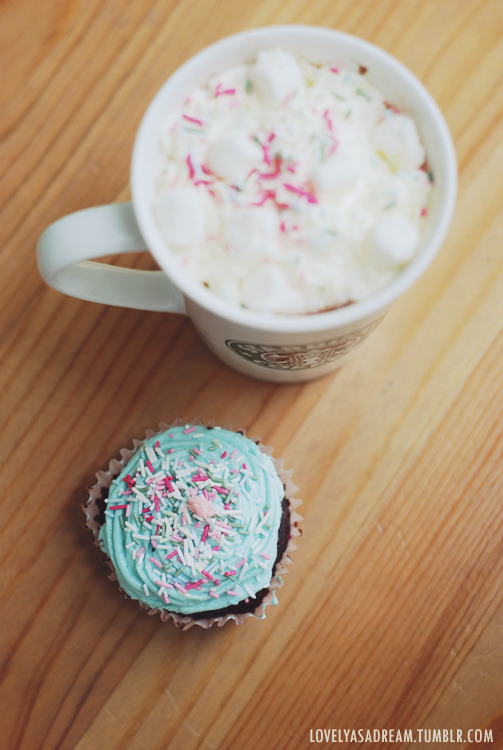 lovelyasadream:  8. cupcake (by lovelyasadream)