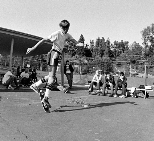 emileemillerasfuck:  Rodney Mullen with Minor Threat in the back