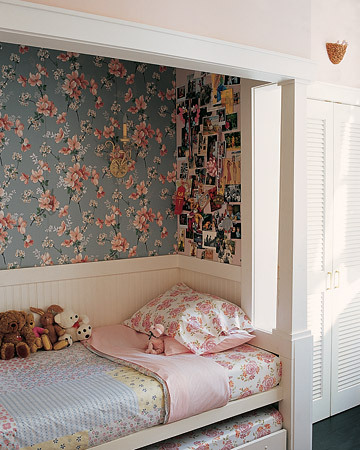 a cozy nook in a children's bedroom. If I ever have children, I will see to it their bed is in a corner like this. It looks perfect.