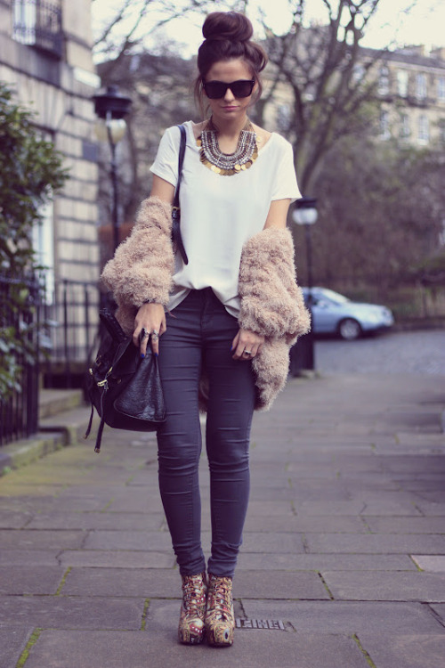 makes-me-jealous:  Love her clothes..